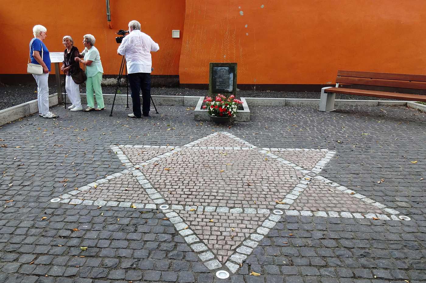 http://www.alemannia-judaica.de/images/Images%20400/Hahnheim%20Synagogenplatz%20010.jpg