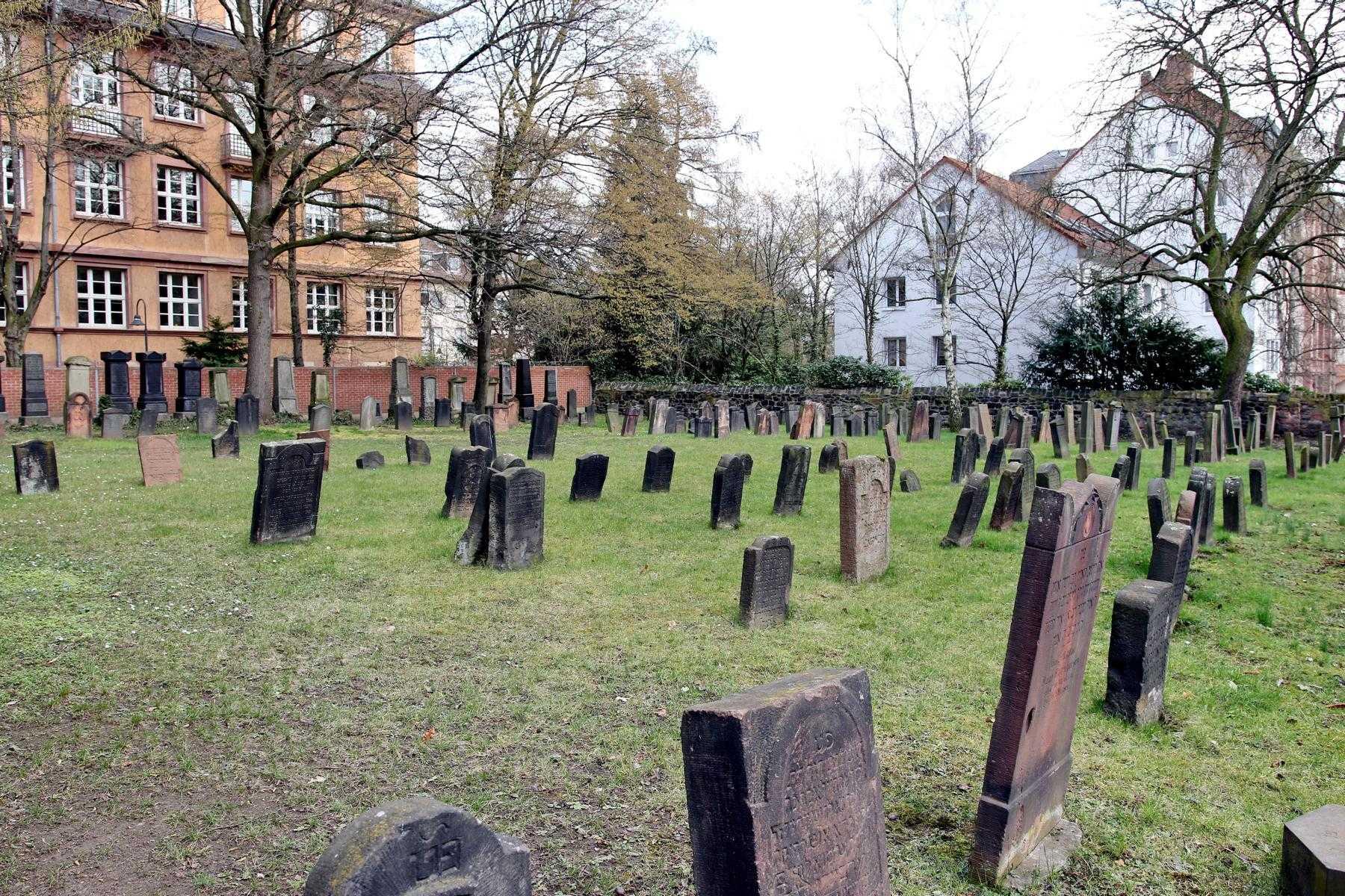 http://www.alemannia-judaica.de/images/Images%20403/Bockenheim%20Friedhof%20K1600_GH1A0758.jpg