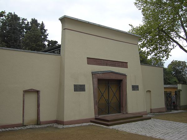 http://www.alemannia-judaica.de/images/Images%2079/Darmstadt%20Friedhof%20125.jpg
