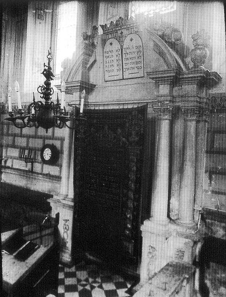 http://www.alemannia-judaica.de/images/Images%2086/Veitshoechheim%20Synagoge%20247.jpg
